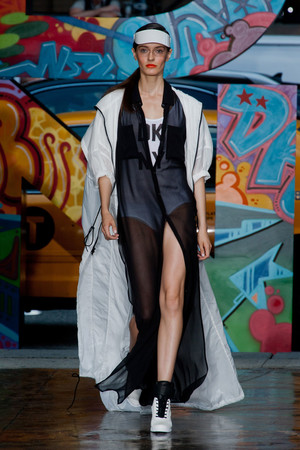 Показ DKNY коллекции сезона Весна-лето 2014 года prêt-à-porter - www.elle.ru - Подиум - фото 558059