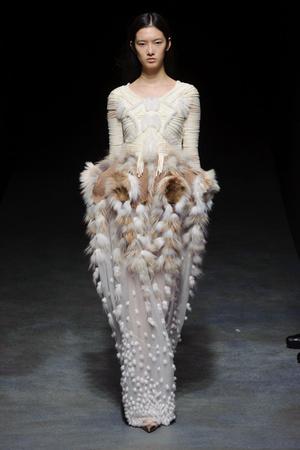 Показ Yiqing Yin коллекции сезона Весна-лето 2014 года haute couture - www.elle.ru - Подиум - фото 575316
