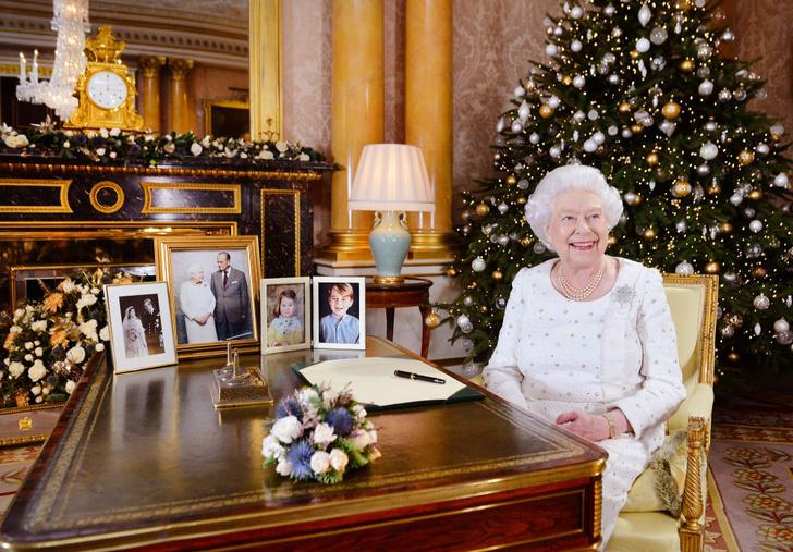 Возраст моде не помеха: два праздничных образа Елизаветы II (фото 3)