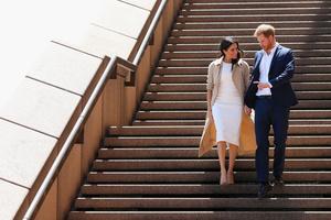 Белое платье и бежевое пальто: Меган Маркл и принц Гарри в Австралии (фото 5.2)