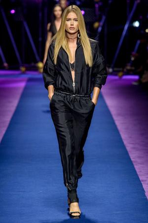 Показ Versace коллекции сезона Весна-лето  2017 года Prêt-à-porter - www.elle.ru - Подиум - фото 612038