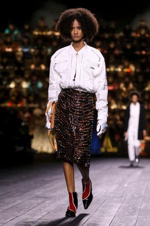Как носить пуховик с вечерним платьем? Ответ найдете на показе Louis Vuitton (фото 9.2)