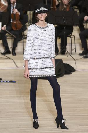 Показ Chanel коллекции сезона Pre-fall  2018 года Metiers d'Art - www.elle.ru - Подиум - фото 668701