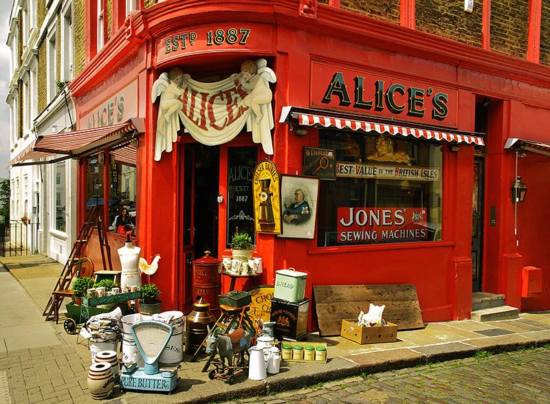 Portobello Market в лондонском районе Ноттинг-Хилл — не только замечательный антикварный рынок, но еще и отличная уличная еда, музыканты, потрясающие в своей вычурности кофешопы и местные жители.
