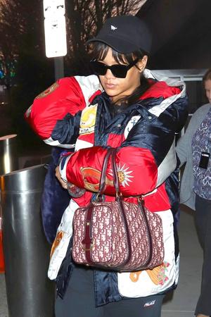 Все и сразу: Рианна в куртке Gucci и в уггах (фото 2)