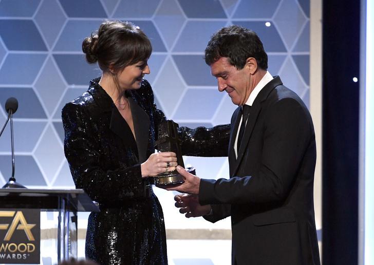 Дакота Джонсон вручила награду отчиму Антонио Бандерасу на Hollywood Film Awards (фото 2)