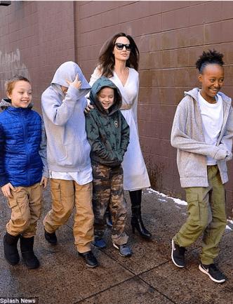 Фото дня: Анджелина Джоли с детьми в Нью-Йорке (фото 1)