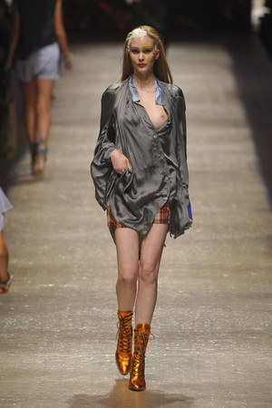 Показ Vivienne Westwood коллекции сезона Весна-лето 2011 года prêt-à-porter - www.elle.ru - Подиум - фото 189073
