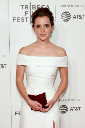 Эмма Уостон в платье