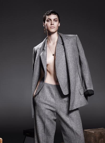 Пиджак, жилет и брюки из шерсти, все — Haider Ackermann; серьги, Robert Lee Morris; колье, розовое золото, оникс, бриллианты, Cartier