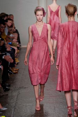 Показ Donna Karan New York коллекции сезона Весна-лето 2013 года prêt-à-porter - www.elle.ru - Подиум - фото 418930