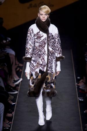 Показ Fendi коллекции сезона Осень-зима 2015-2016 года Haute couture - www.elle.ru - Подиум - фото 597119
