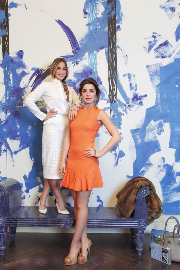 Катя и Соня на фоне работы американского художника граффити Futura 2000. Скамья из ляпис-лазури — подарок Катиного поклонника — выполнена по образцу скамеек у Тадж-Махала