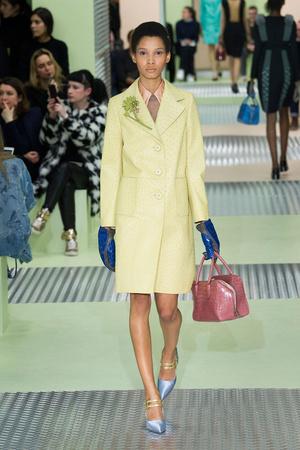 Показы мод Prada Осень-зима 2015-2016 | Подиум на ELLE - Подиум - фото 4274