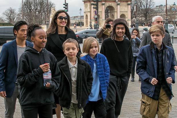 В полном составе: Анджелина Джоли с детьми в Лувре (фото 3)