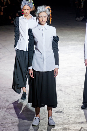 Показ Yohji Yamamoto коллекции сезона Весна-лето 2014 года Prêt-à-porter - www.elle.ru - Подиум - фото 568904