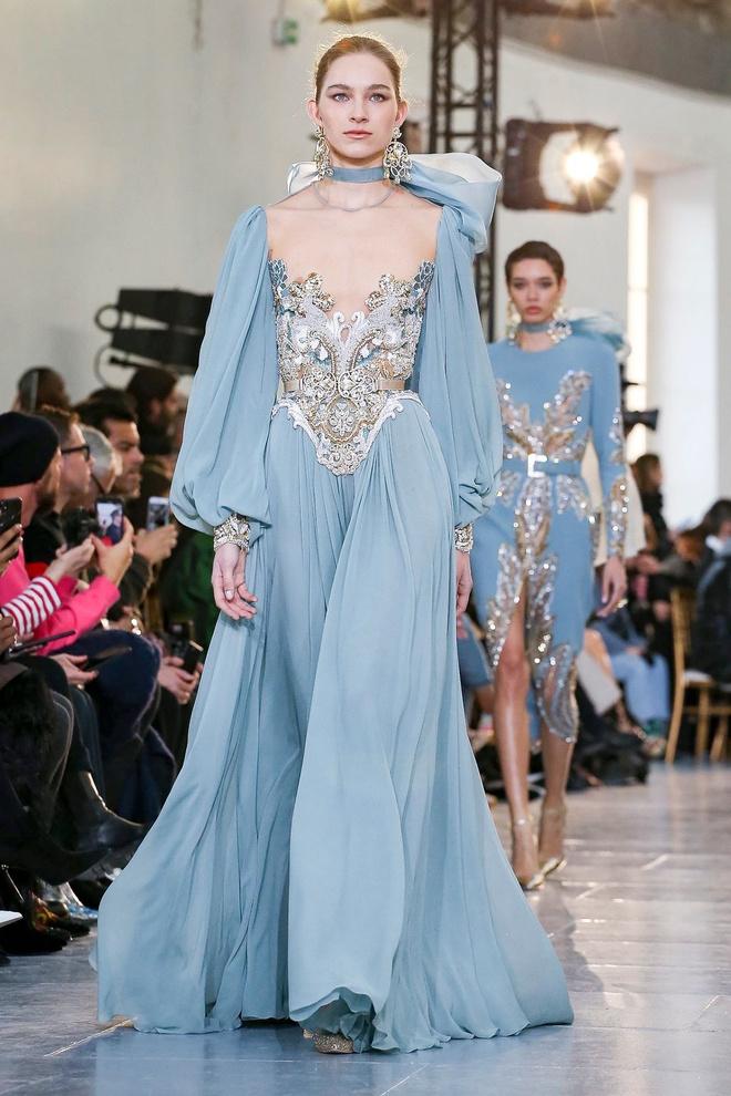 Вырезы в форме галстука и сотни тысяч кристаллов: Elie Saab Haute Couture 2020 (фото 34.1)