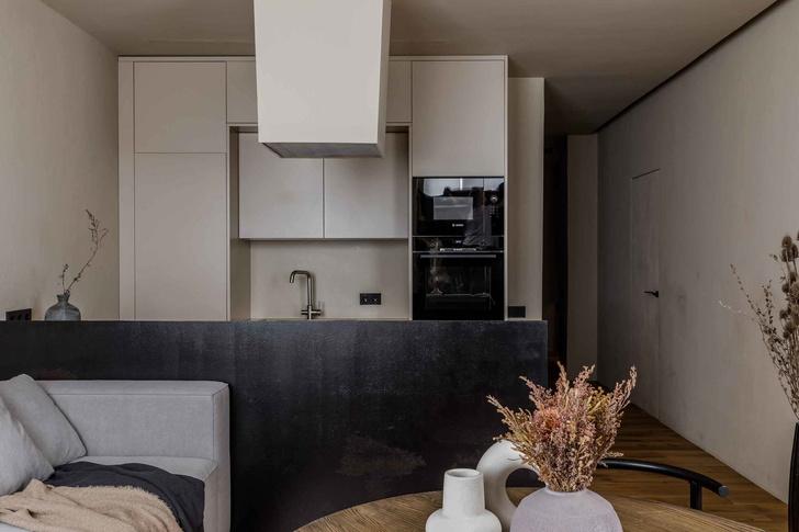Брутальная квартира в бежевых тонах с черной спальней 72 м² (фото 5)