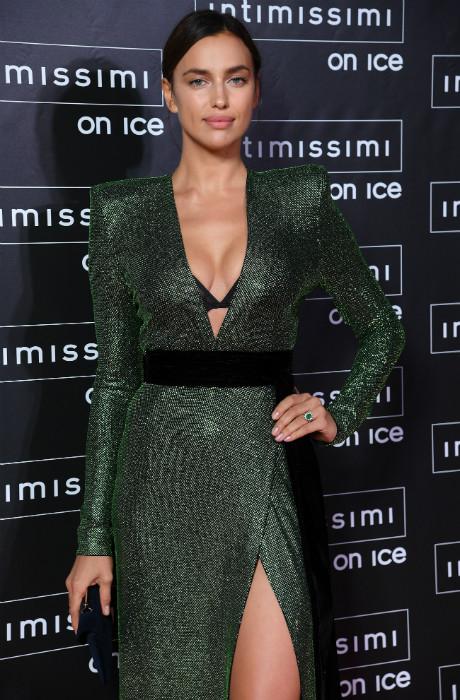 Чистый изумруд: Ирина Шейк на модном шоу в Вероне фото [2]