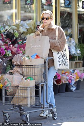 Безупречные джинсы + ботильоны со змеиными принтом: Эмма Робертс в супермаркете (фото 1.2)