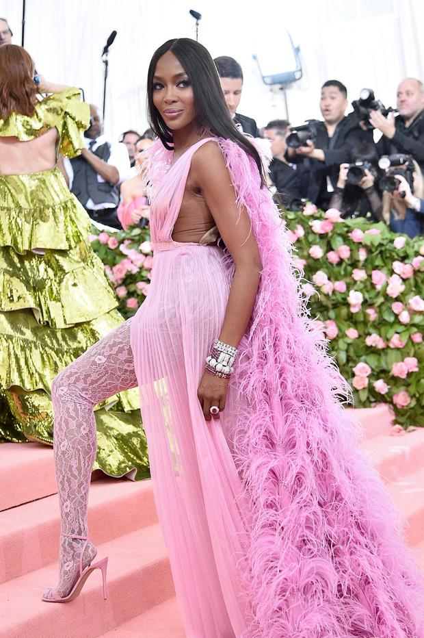 Богиня в розовом: Наоми Кэмпбелл в откровенном платье на Met Gala (фото 0)