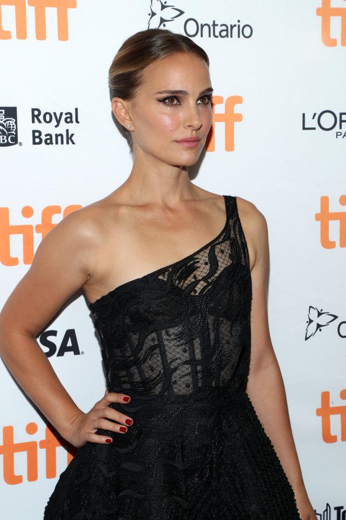 Черный лебедь вернулся: Натали Портман в сексуальном прозрачном кружеве на TIFF (фото 1)