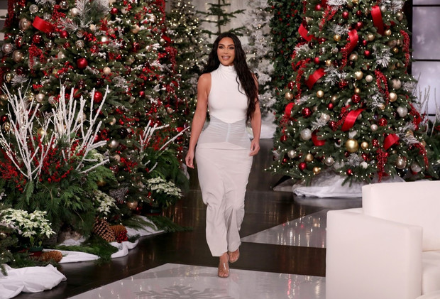 Белый силуэт: Ким Кардашьян на шоу Эллен ДеДженерес (фото 0)