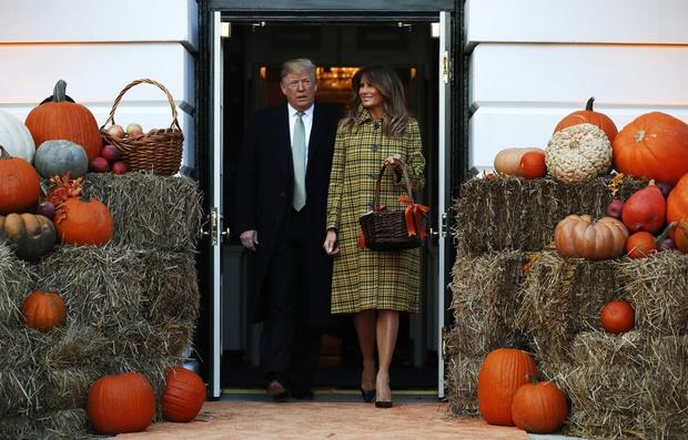 Хэллоуин в Белом доме: Мелания Трамп в желтом платье-пальто Bottega Veneta (фото 1)