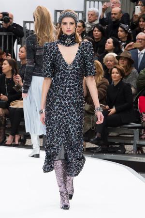 Показ Chanel коллекции сезона Осень-зима 2017-2018 года Prêt-à-porter - www.elle.ru - Подиум - фото 621615