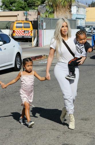 Фото дня: Ким Кардашьян и Канье Уэст с детьми в Лос-Анджелесе фото [7]