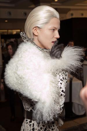 Показ Alexander McQueen коллекции сезона Осень-зима 2012-2013 года prêt-à-porter - www.elle.ru - Подиум - фото 387837