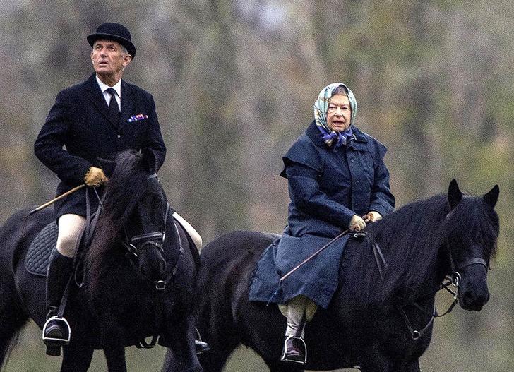 Фото дня: королева Елизавета II на конной прогулке (фото 1)