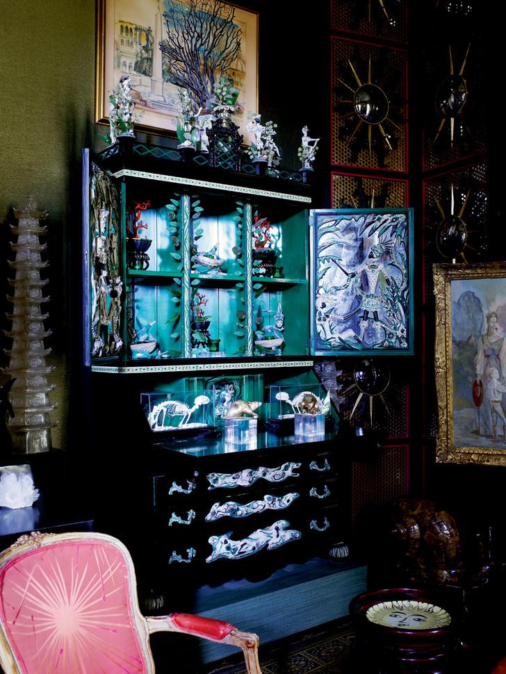Изумрудно-черный секретер в гостиной — один из первых предметов, изготовленных по эскизам Тони Дюкетта. Заказчицей была Элси де Вольф. По ее завещанию все вещи, созданные для нее Дюкеттом, после ее смерти вернулись к автору.