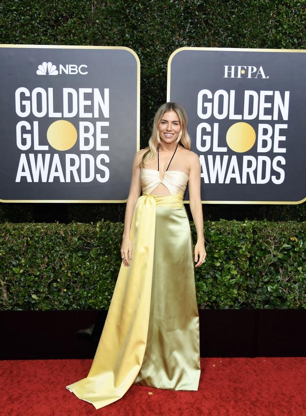 Лимонный сорбет: Сиенна Миллер в шелковом платье Gucci (фото 1)