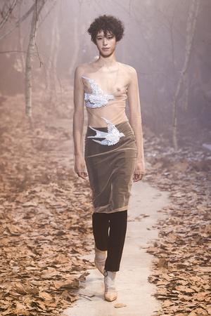 Показ Off-White коллекции сезона Осень-зима 2017-2018 года Prêt-à-porter - www.elle.ru - Подиум - фото 620791