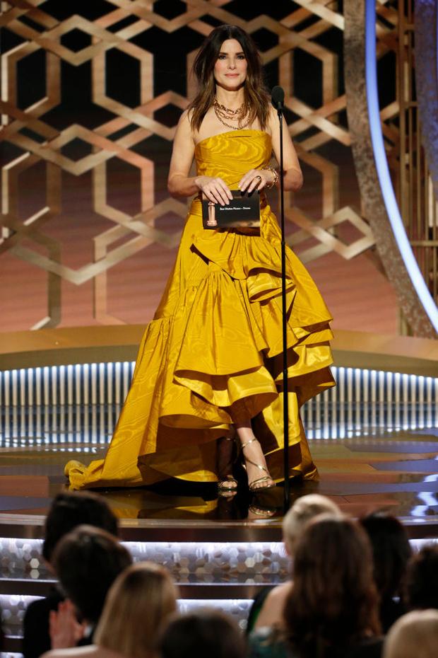 Минуя красную дорожку: неожиданное появление Сандры Буллок в медовом кутюрном платье (фото 1)