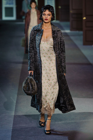 Показ Louis Vuitton коллекции сезона Осень-зима 2013-2014 года Prêt-à-porter - www.elle.ru - Подиум - фото 546958