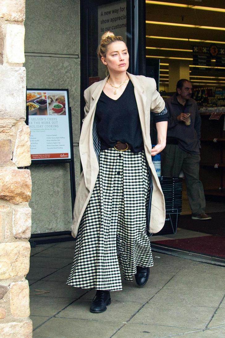 На шопинг, как на праздник: Эмбер Херд в клетчатой юбке и бежевом пальто (фото 2)