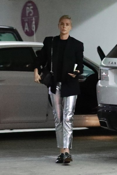 Черный пиджак + серебристые брюки: Шарлиз Терон знает, как разбавить деловой образ (галерея 3, фото 0)