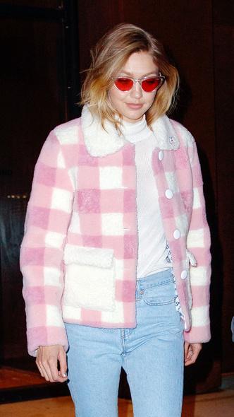 Розовая клетка и деним: Джиджи Хадид в куртке Saks Potts и джинсах с прорезями (фото 3)