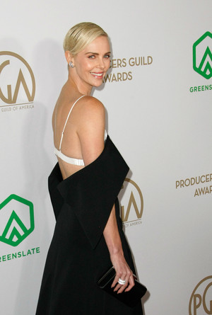 Без декольте и вырезов, но все равно сексуально: Шарлиз Терон на красной дорожке Producers Guild Awards (фото 1.2)