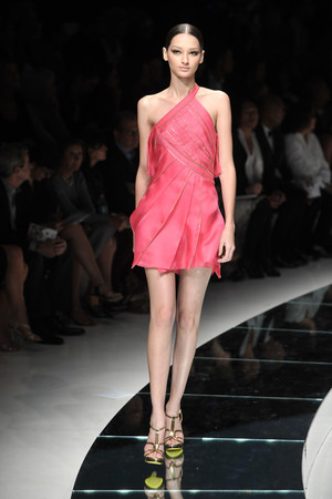 Показ Versace коллекции сезона Весна-лето 2009 года Prêt-à-porter - www.elle.ru - Подиум - фото 83568