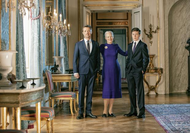Три поколения одной семьи: новые официальные портреты датской королевы Маргрете II и двух ее наследников (фото 2)