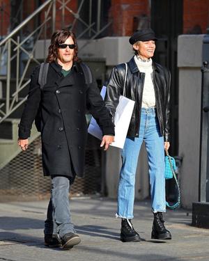 В стиле модных 90-х: Диана Крюгер в кожаной куртке и грубых ботинках (фото 1.1)