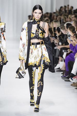 Показ Versace коллекции сезона Весна-лето 2018 года Prêt-à-porter - www.elle.ru - Подиум - фото 639491