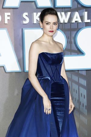 Синий бархат: Дэйзи Ридли на премьере «Звездных войн» в Лондоне (фото 0.2)