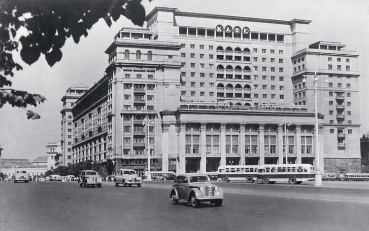 Фасад гостиницы «Москва», построенной в 1930-х годах, надолго стал символом столицы. На фото — вид гостиницы, 1953 год. 3
