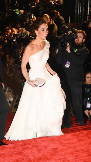 Ослепительно и аристократично: Кейт Миддлтон в белом платье с цветами на BAFTA-2019 (фото 5)
