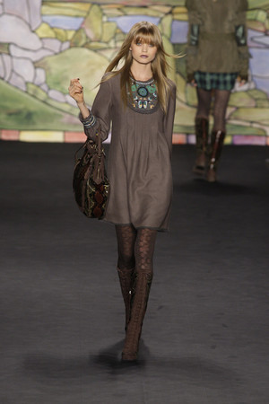 Показ Anna Sui коллекции сезона Осень-зима 2010-2011 года prêt-à-porter - www.elle.ru - Подиум - фото 146702