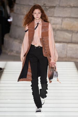 Показ Louis Vuitton коллекции сезона Весна-лето 2018 года Prêt-à-porter - www.elle.ru - Подиум - фото 660561